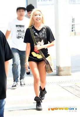Foto: Bora Sistar Lupa Pakai Celana di Bandara?
