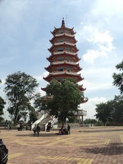 Pagoda berlantai 9 yang menjulang di tengah-tengah pulau kemaro - pariwisata palembang indonesia