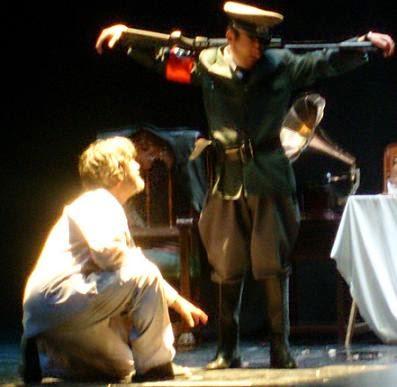 Carlos Morales y Julio Clemente Lourtau interpretan el  «Tenebrae». de Paul Celan. Reestreno de GUANTES DE PIEL HUMANA, de Carlos Morales y Julio Clemente Lourtau; escrita y representada por primera vez en 1978, es la primera obra de teatro en Español de todas las escritas hasta la fecha en torno al Holocausto.