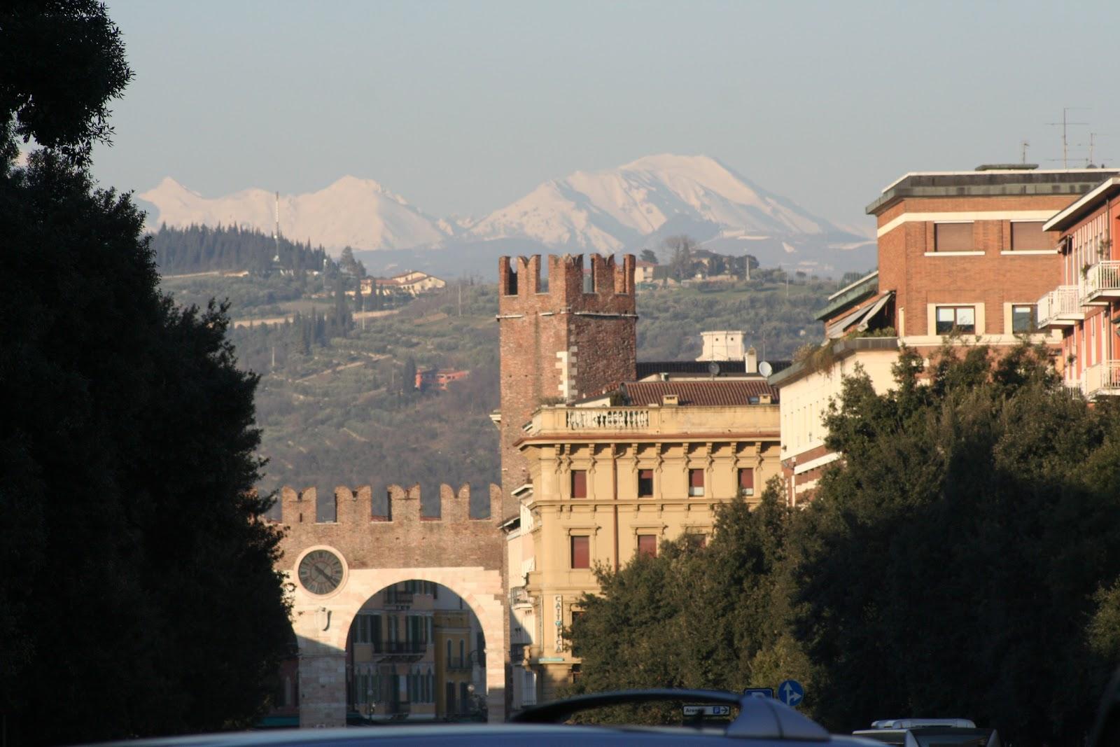 Верона - старые стены города и горы