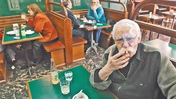 """EN SU LUGAR PREDILECTO. Viñas """"vivía"""" en los bares del centro de Buenos Aires. Allí siempre se lo e"""