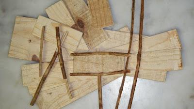 Monte de plaquitas de madeira e pauzitos