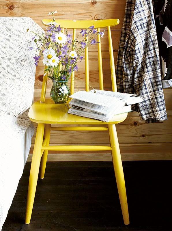 silla tapiovara amarilla como mesilla noche vintage
