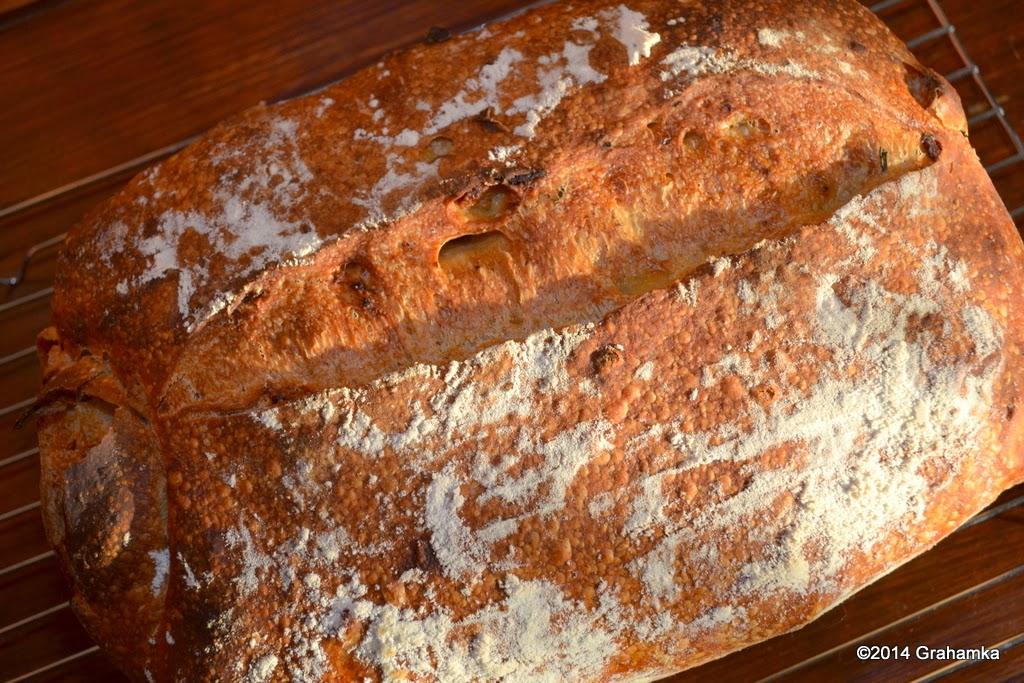 Upieczony chleb w promieniach zachodzącego słońca.