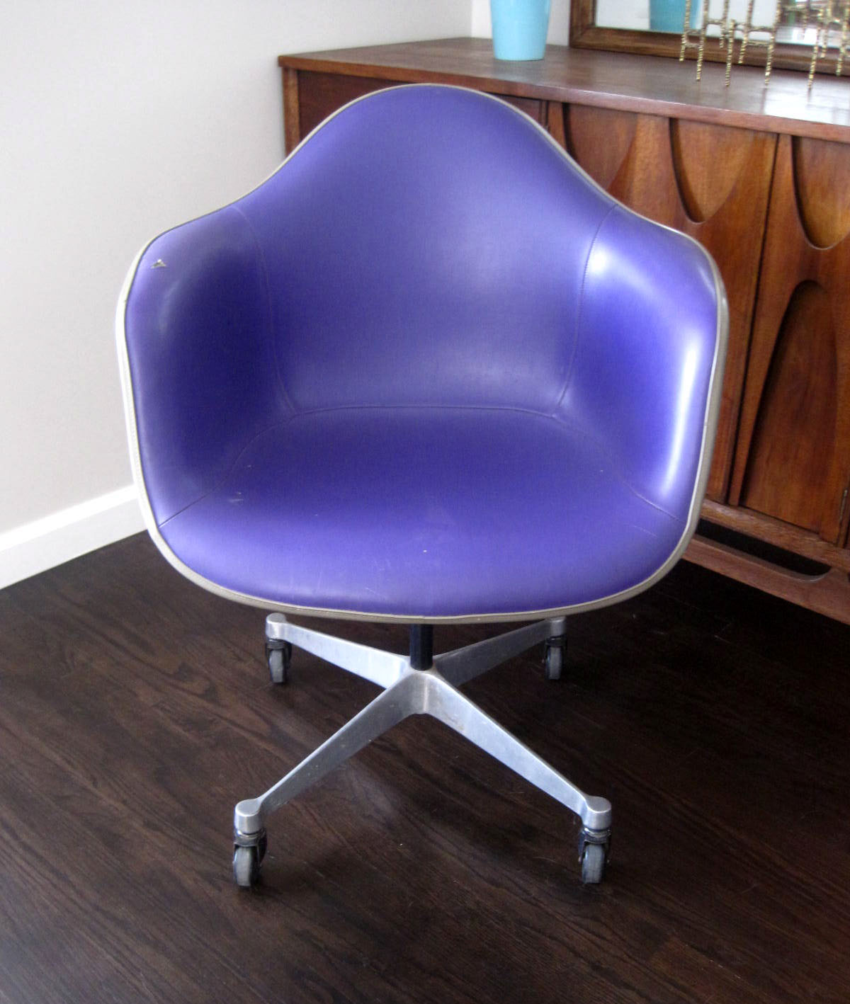 Herman Miller Eames Shell Rolling Office Chair.