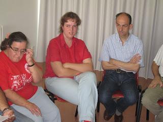 Eduardo con dos compañeras del grupo de autogestores