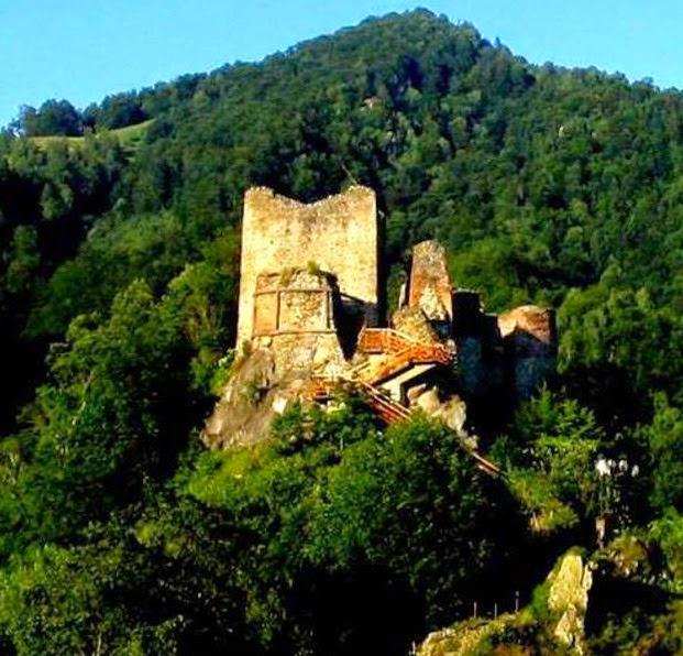 Gambar istana lama yang dikatakan tempat tinggal Dracula