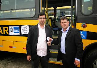 Prefeito Arlei e secretário de Educação, Leonardo Vasconcellos, recebem as chaves dos ônibus