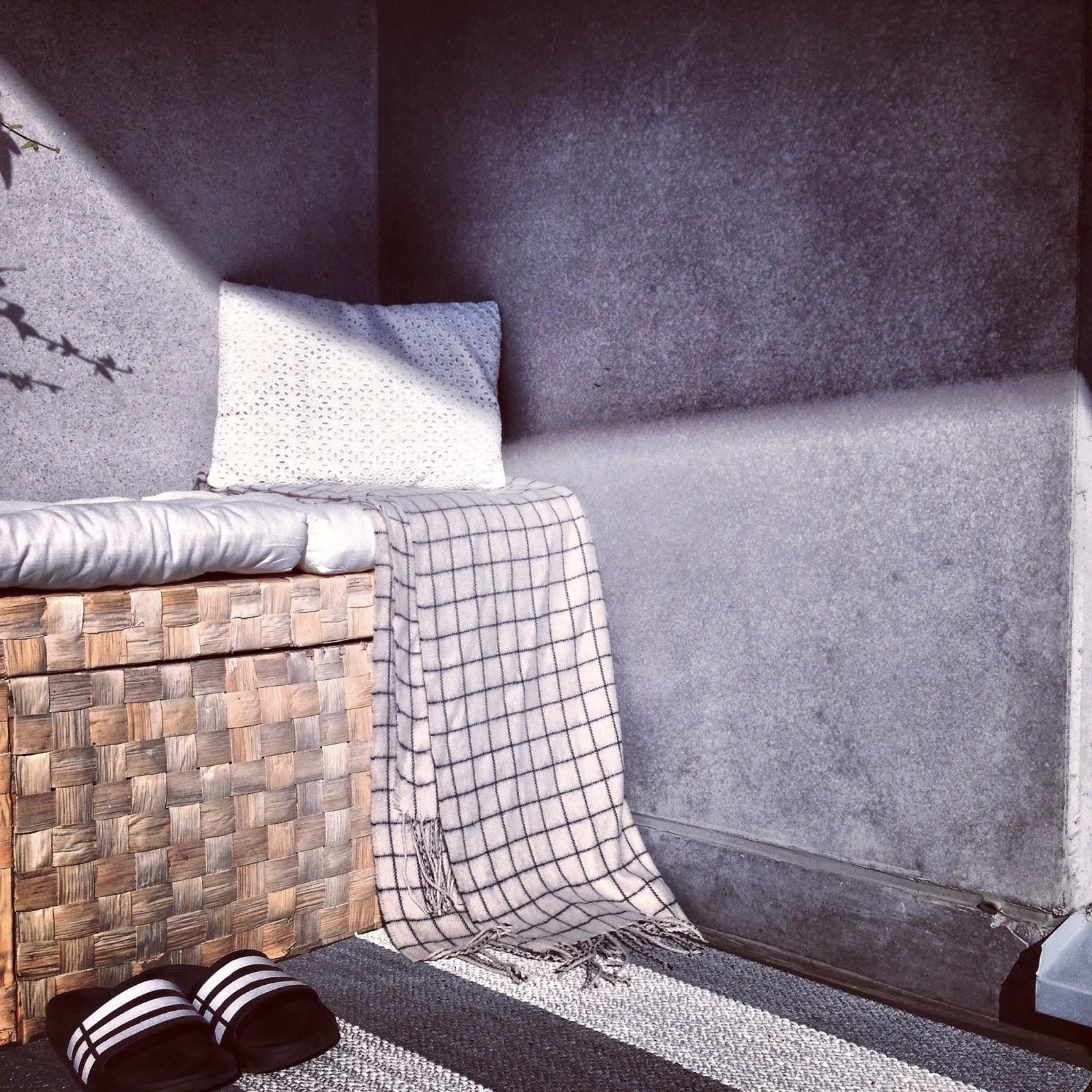 adidas, flipflop, Monki huivi, Monki, scarf, Monkiscarf, Monkistyle, balcony, balkong, concrete, betong,