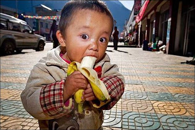 funny_picture_kid_eating_banana_vandanasanju.blogspot.com
