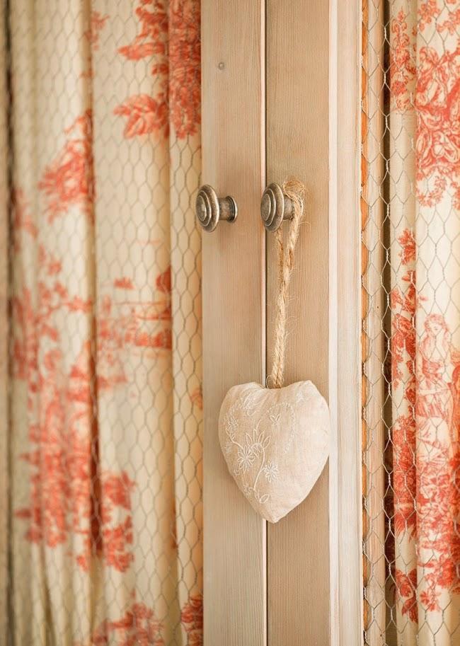 wnętrza, styl rustykalny, styl wiejski, kamienna ściana, stare meble, antyki, drewniane belki, białe wnętrza, szafa, zawieszka serce