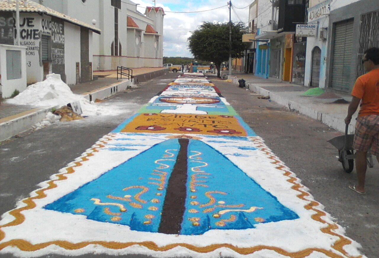 areia branca mantém tradição de colorir a rua do cais com tapetes de