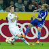 Após estourar joelho de rival, meia do Schalke pede desculpas, mas leva suspensão