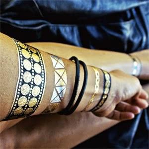 tatuagem feminina pulseiras metalizadas para o verão
