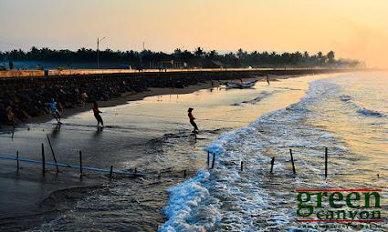 geliat nelayan dengan jaring tarik di pantai Pangandaran