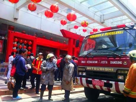 Toko Terbakar di Mal BIP, Pramuniaga dan Pengunjung Histeris Ketakutan