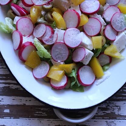 Sałatka z fetą, oliwkami, rzodkiewką i białym kremem balsamicznym