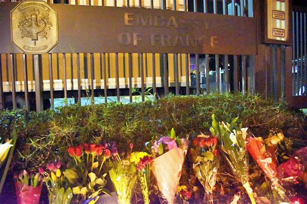 Les Fleurs Sont Placées à Lu0027extérieur De Lu0027ambassade De France à Washington  DC, Le 13 Novembre 2015.