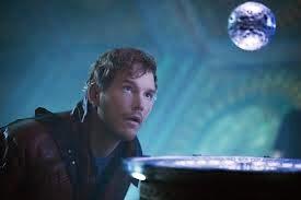 Chris Pratt devant l'orbe