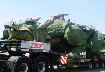 Tradinno - maior robô do mundo sendo transportado