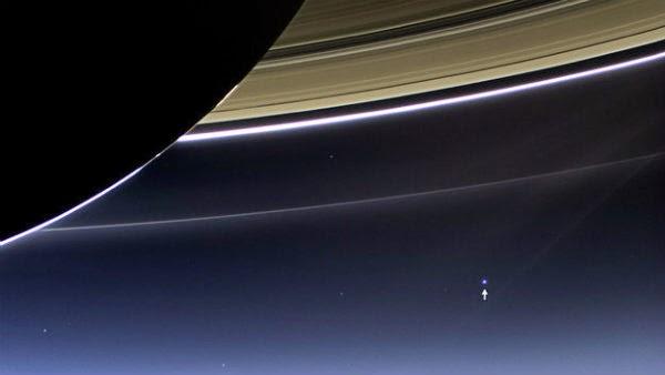 Земята зад пръстените на Сатурн