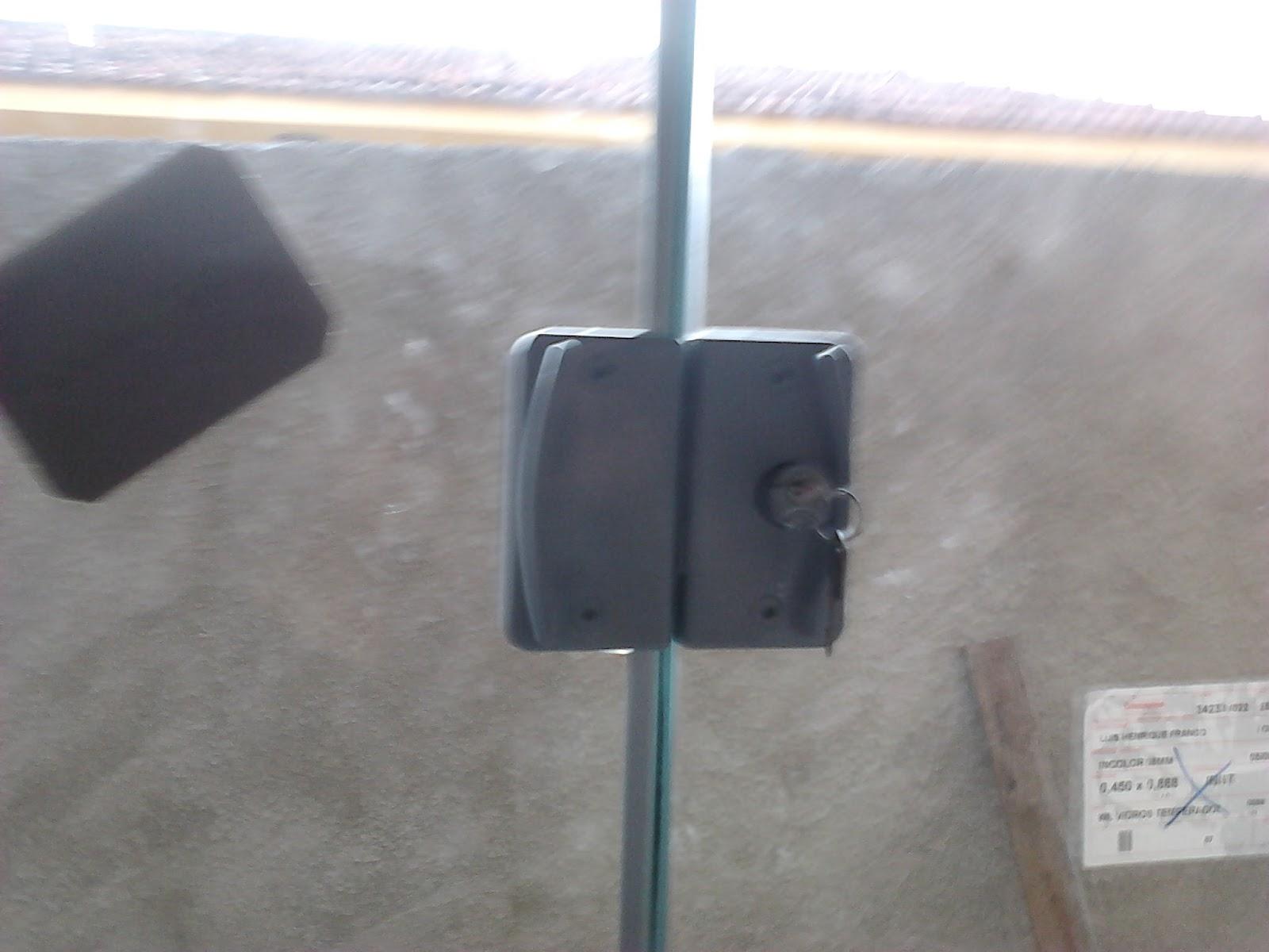 #6B5D51  da Janela interna e no detalhe a fechadura em alumínio na cor fosco 1696 Janela De Aluminio Na Cor Bronze