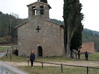 El mur de ponent amb la finestra en forma de creu i un antic portal de l'església de Sant Jaume de Fonollet