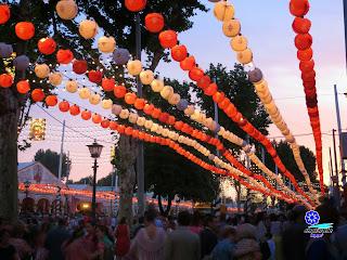 Feria de Sevilla 2014 Los farolillos se iluminan y el aire refresca