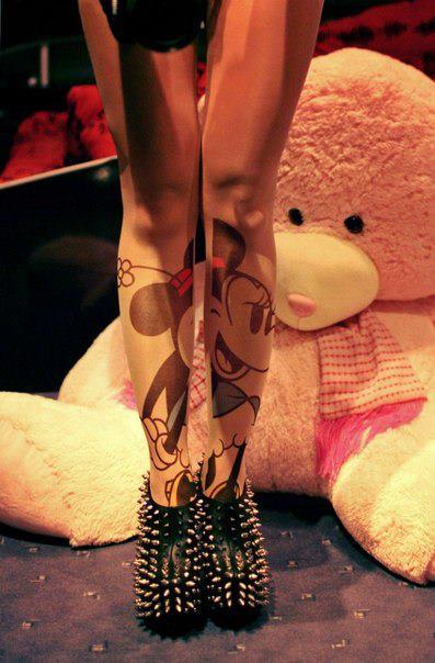 tatuaje de minnie en las piernas