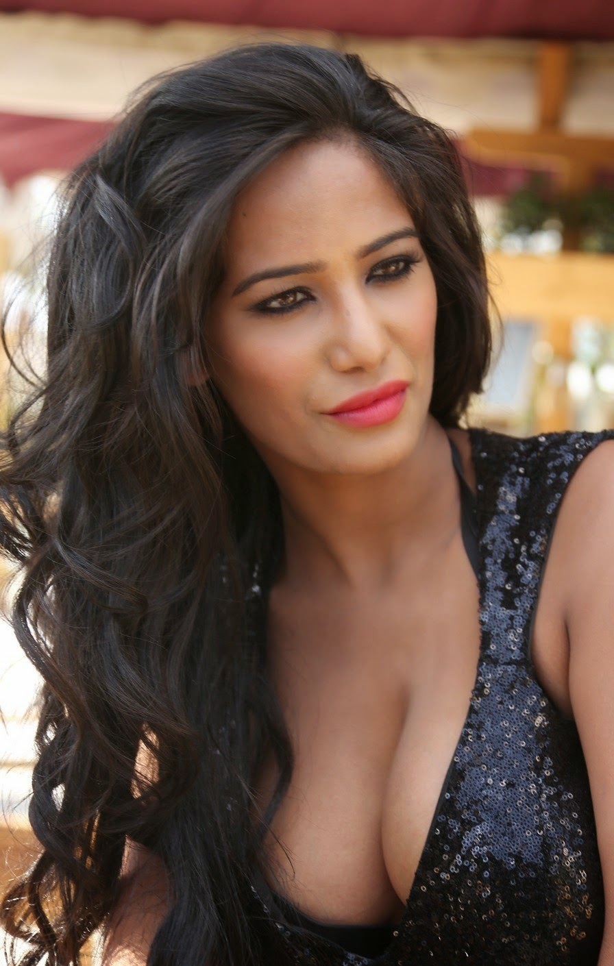 Actress poonam pandey latest cute hot exclusive black dress cleavage