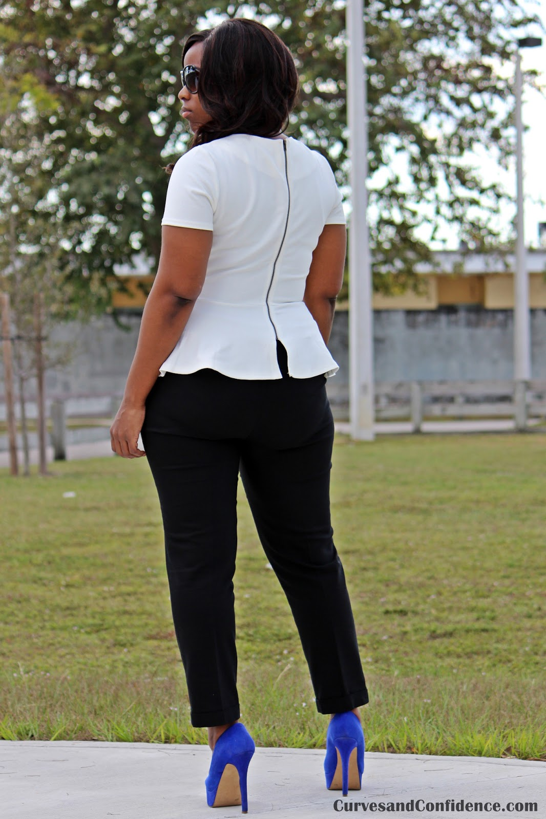 http://2.bp.blogspot.com/-Wi3mYqbTcUI/UQGoSbp1lqI/AAAAAAAAEY0/Xk66nnCwKA0/s1600/white+peplum+top,+curvy+girl+wearing+a+white+peplum,+how+to+wear+a+peplum,+peplum+with+zipper+in+the+back,+jessica+simpson+royal+blue+waleo+pumps.JPG