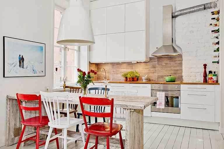 Skandynawska, biała kuchnia i czerwone krzesła