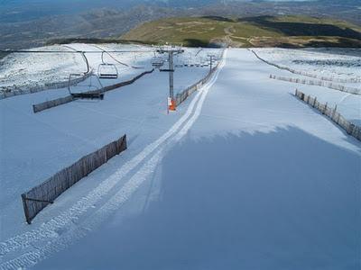 Nieve en las pistas desde el telesilla