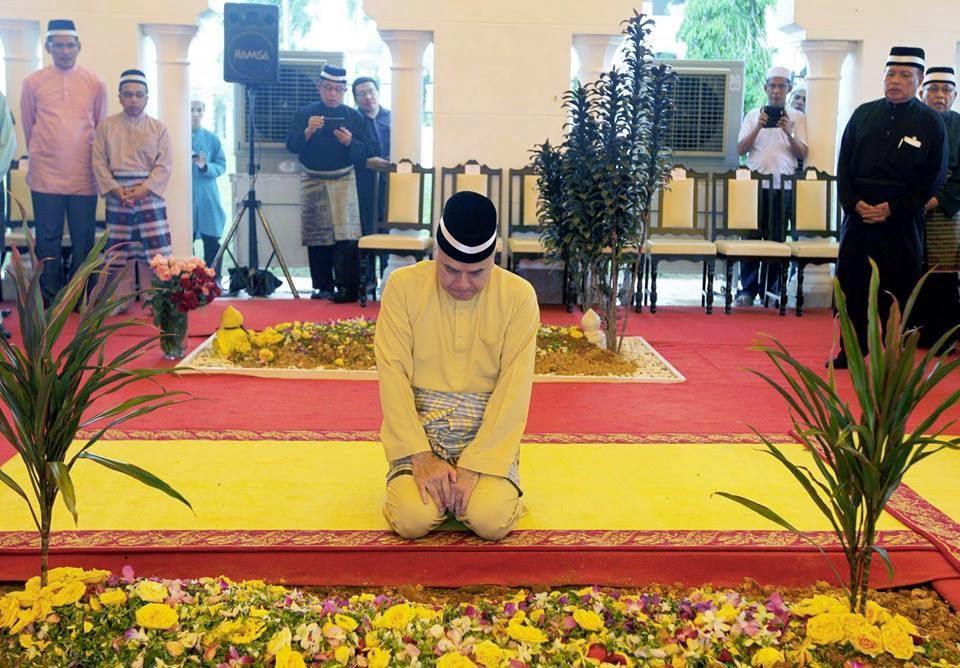 Gambar Sultan Nazrin Muizzuddin Shah Menahan Sebak Ketika Menziarahi Makam Ayahandanya