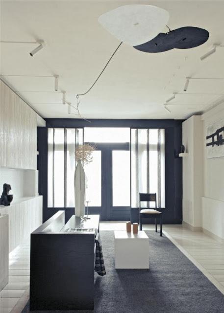 Minimalistisches Design in schwarz-weißer Natürlichkeit: Ruhe und Gelassenheit einer Einrichtung