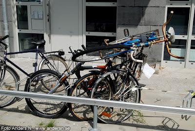 cykelparkering, cykelställ, cykel, gammal cykel, skrot, staplad, staplade, foto anders n