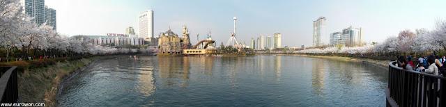 Panorámica de la isla de Lotte World en el lago Seokchon