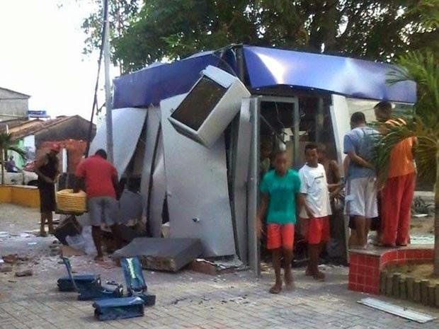 Caixa eletrônico é explodido em Saubara, na Bahia (Foto: Leandro Alves/ PortalBahiaNews.Com)