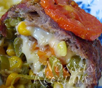 receita de rocambole de carne preparado com bacon e legumes