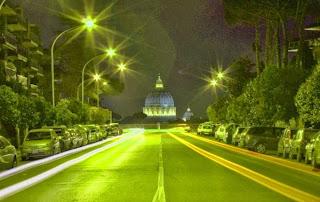 La visuale della cupola da metà della strada