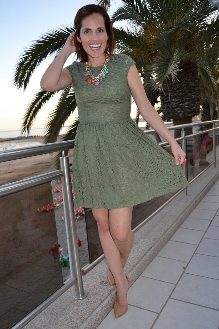 Vestido verde militar con que color de zapatos