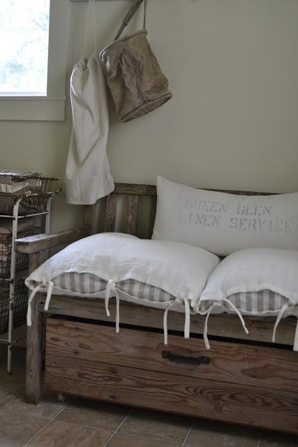 Poduchy Ikei, drewniana sofa, metalowa szafka z drucianymi koszami