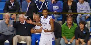 Basket: un joueur marque contre son camp