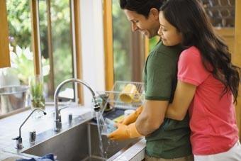 امرأة تحب رجل - علامات حب المرأة للرجل - رجل يساعد زوجتة فى الاعمال المنزلية - اعمال البيت - woman love man