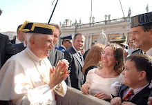 El papa con  tricornio solo le falta la pistola
