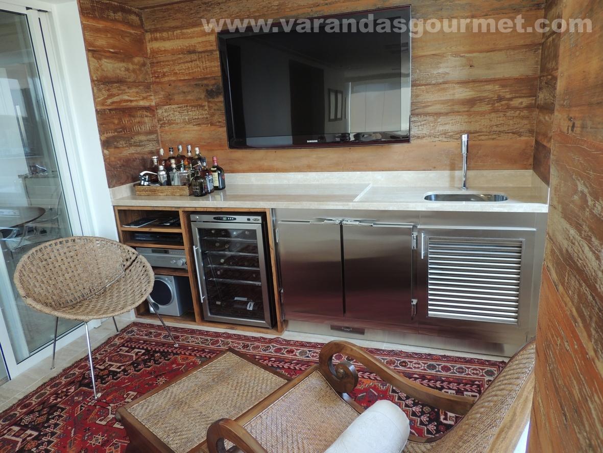 Balcão refrigerado com 2 portas em inox instalado em Varanda Gourmet  #6B4435 1181x886