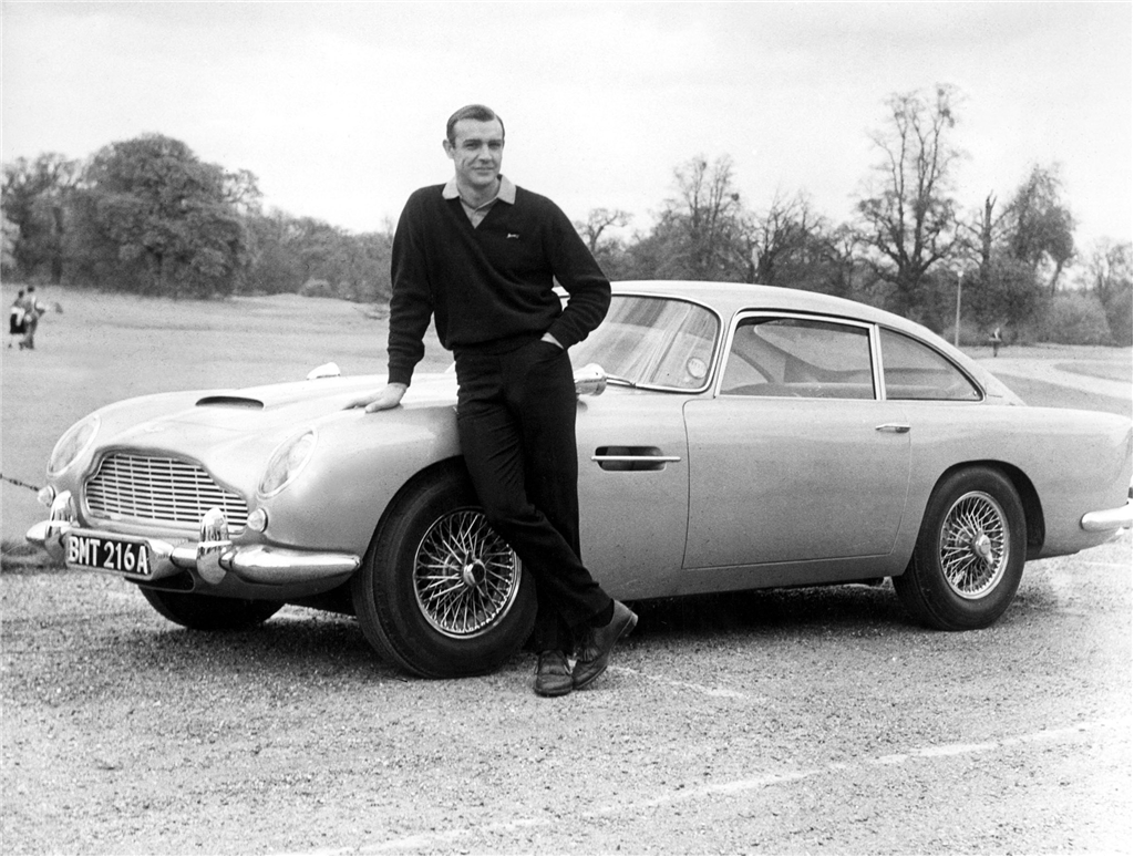 Sean Connery posa junto al DB5