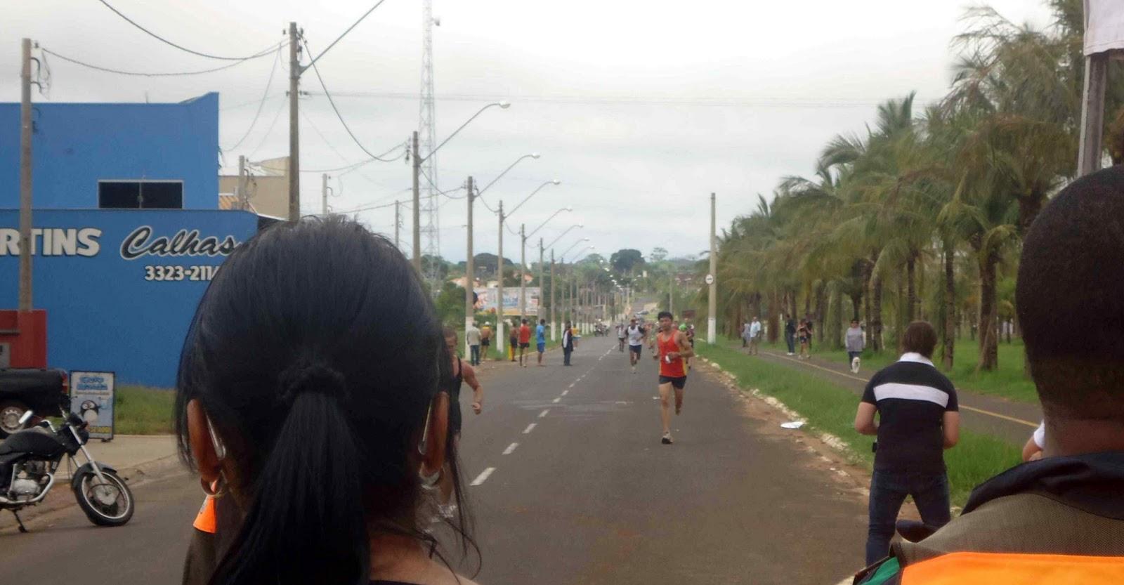 Foto 79 da 1ª Corrida Av. dos Coqueiros em Barretos-SP 14/04/2013 – Atletas cruzando a linha de chegada