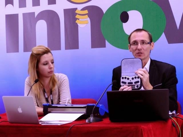 Imagen del representante de Harpo y su interprete en la presentación del producto