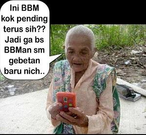 Gambar gambar nenek sedang bbm-an lucu deh